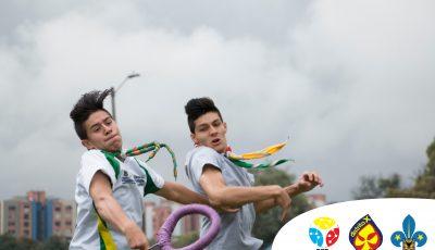 dos jóvenes disputan el aro, llevados por la emoción de juego.